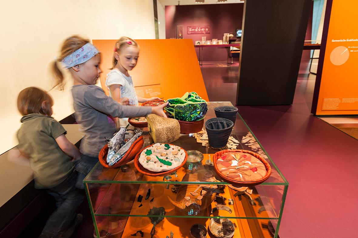 Genähtes römisches Geschirr und Essen, Ausstellung